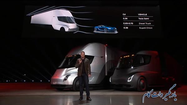 مدیر عامل تسلا در کنار دو کامیون برقی این شرکت