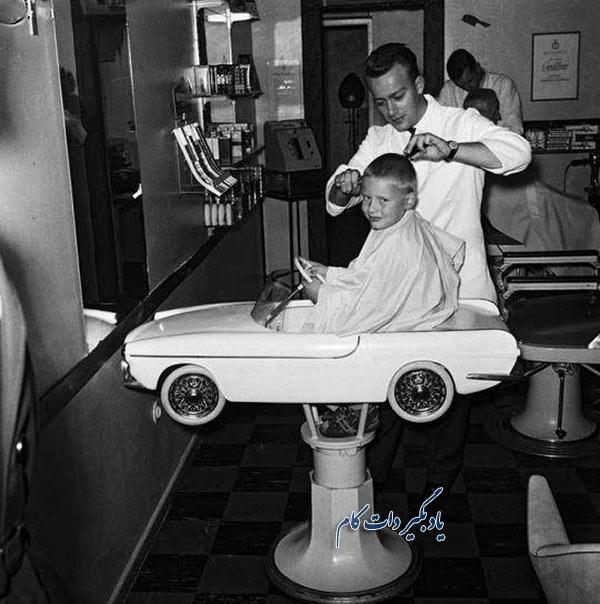صندلی با طرح ماشین Volvo P1800 در یک آرایشگاه دهه 1960 میلادی.