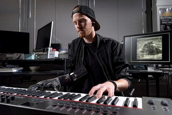 پیانو نواختن یک معلول با پروتز فراصوتی