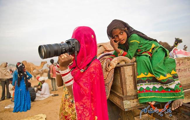 افزودن یک سوژه دیگر در کنار سوژه اصلی در عکاسی از افراد در سفر