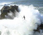 نمایش طناب بازان بر موج های خروشان