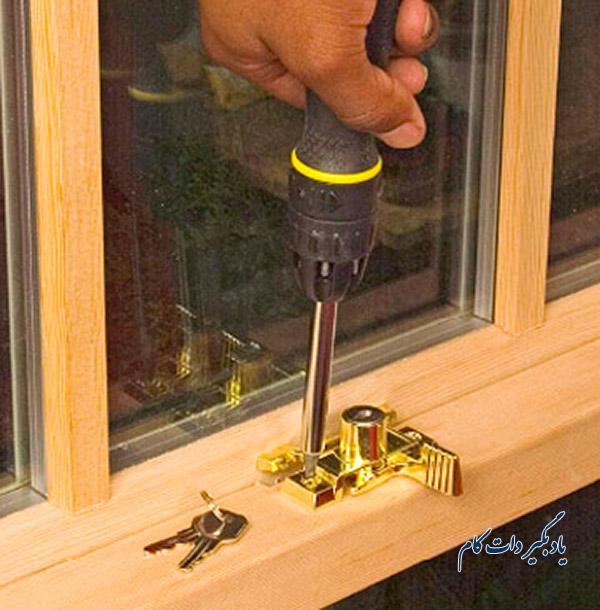 قفل مناسب پنجره های کشویی عمودی دو جداره: قفل کلید دار