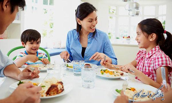 چرا هنگام صرف غذا با خانواده و دوستان باید گوشی را کنار گذاشت؟