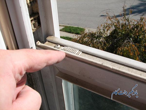 نصب گیره فلزی در پنجره های کشویی