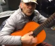 آهنگ خوب بد زشت توسط پیرمرد به زیبایی اجرا می شود