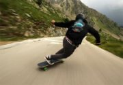 اسکیت برد خطرناک در طوفان و شیب تند کوهستان