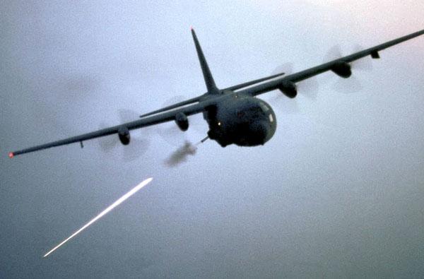 هواپیمای ای سی 130 با سلاح های غول پیکر در حال شلیک